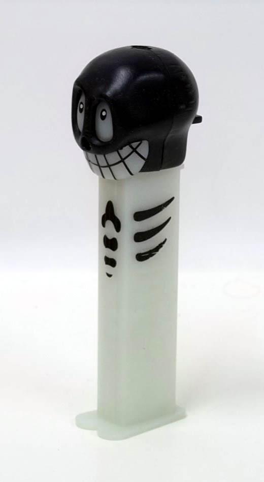 PEZ dispenser Black Skull 2003 5.9 Made in China