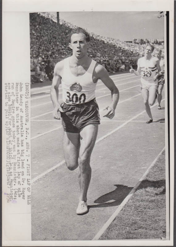 John Landy leads Roger Bannister in 1st lap of 1st sub-4-minute mile photo 1954