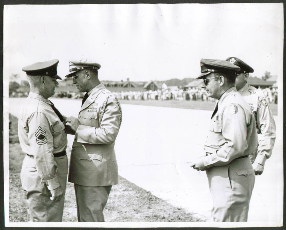 Sgt Elmer Lindquist receives award 8x10 1950s