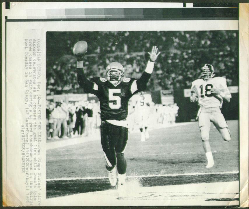 SD State QB Jackson scores v Iowa Holiday Bowl pic 1986