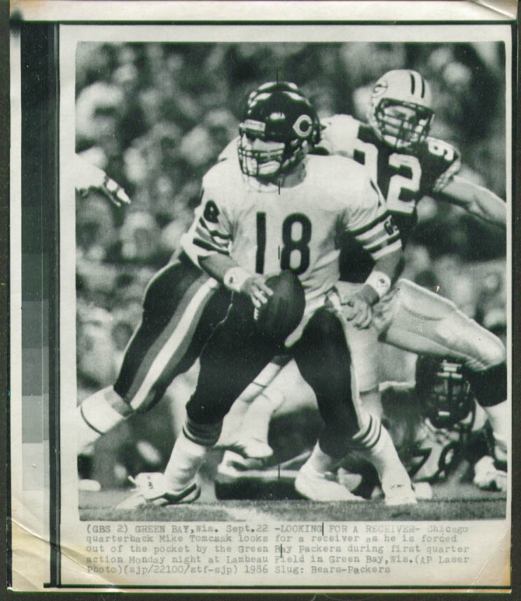 Bears QB Mike Tomczak flushed by Packers photo 1986