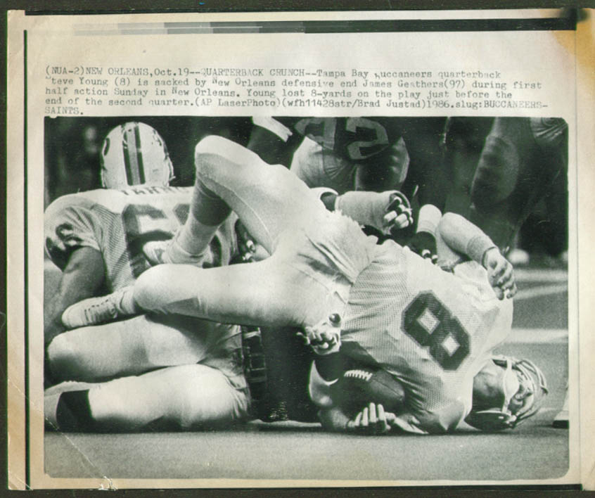 Saints Geathers sacks Tampa Bay QB Steve Young pic 1986