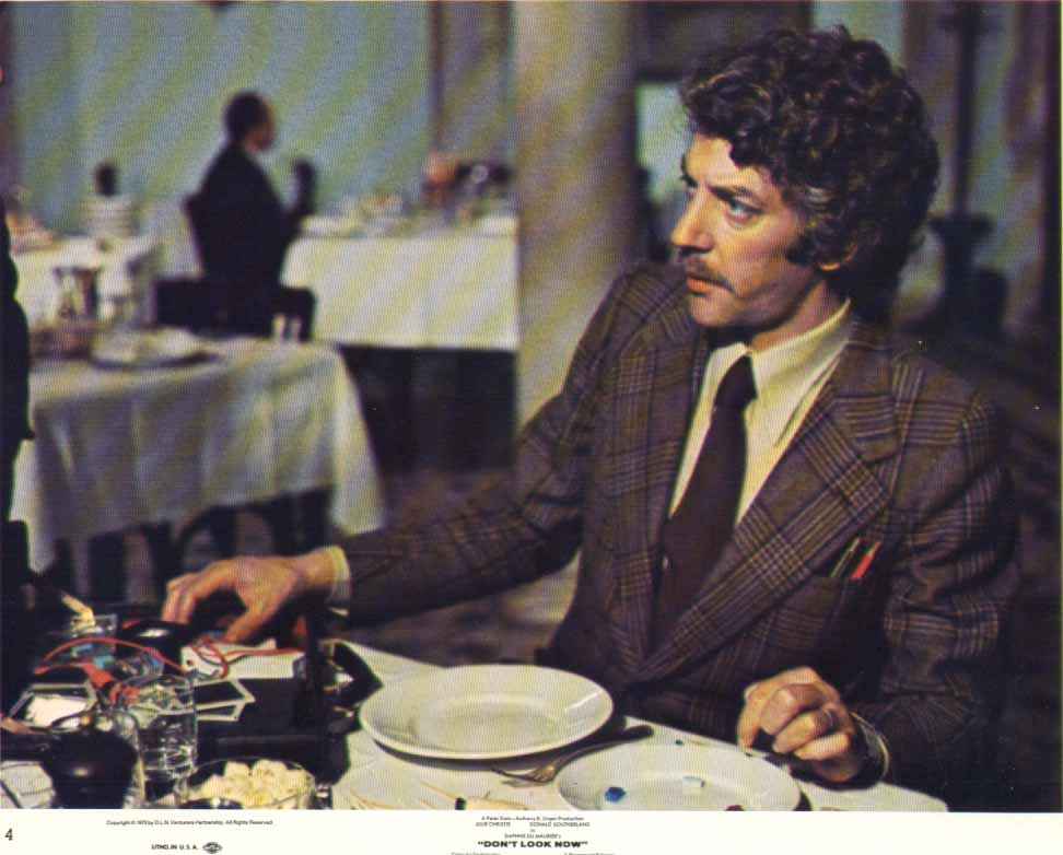 Donald Sutherland in restaurant Don't Look Now 1973 8x10