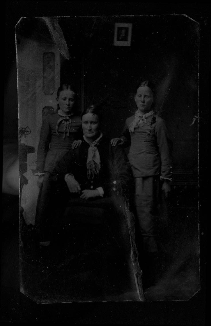 Mother & 2 teenage daughters tintype 1860s